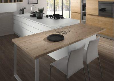 cucina-moderna-luna-tavolo-e-peisola-810x1024