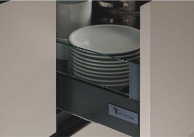cucina-moderna-zen-cestoni-con-spondine-laterali-in-vetro